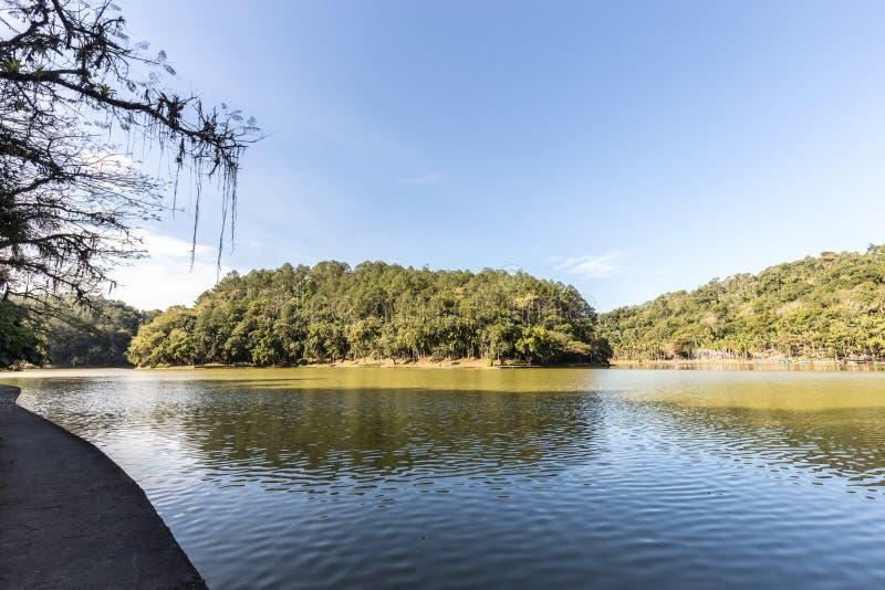 Sikten av Malwee parkerar sjön Jaragua gör Sul Santa Catarina fotografering för bildbyråer