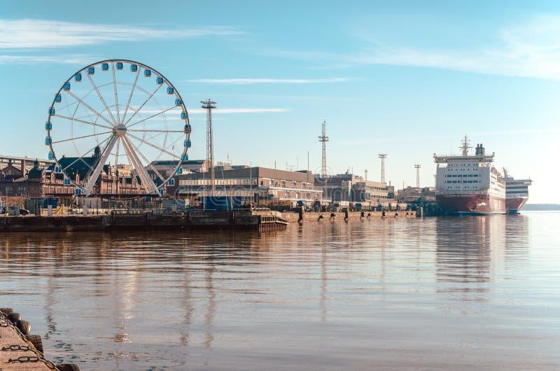 Sikten av pariserhjulen, porten och Viking färjer med härlig reflexion på havet i Helsingfors Finland arkivbild