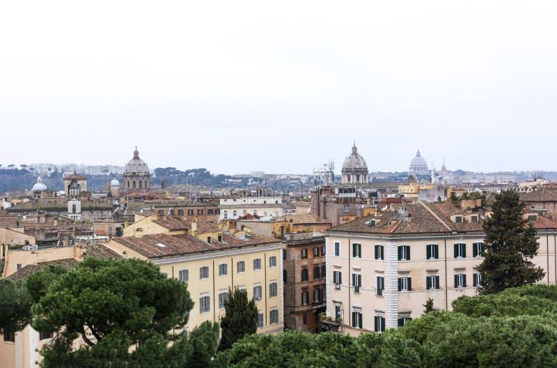 Sikten av Rome, tak, byggnader, sörjer träd på molnig dag royaltyfri foto