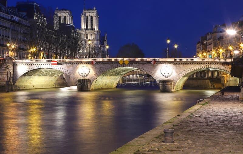 Sikten av Saint-Michelbron och Seinet River p? natten, Paris, Frankrike fotografering för bildbyråer