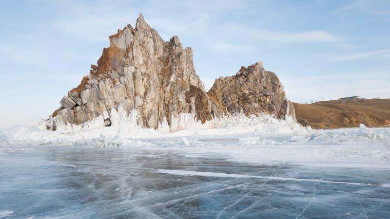 Sikten av Shamankaen vaggar på Lake Baikal siberia vinter arkivfoto