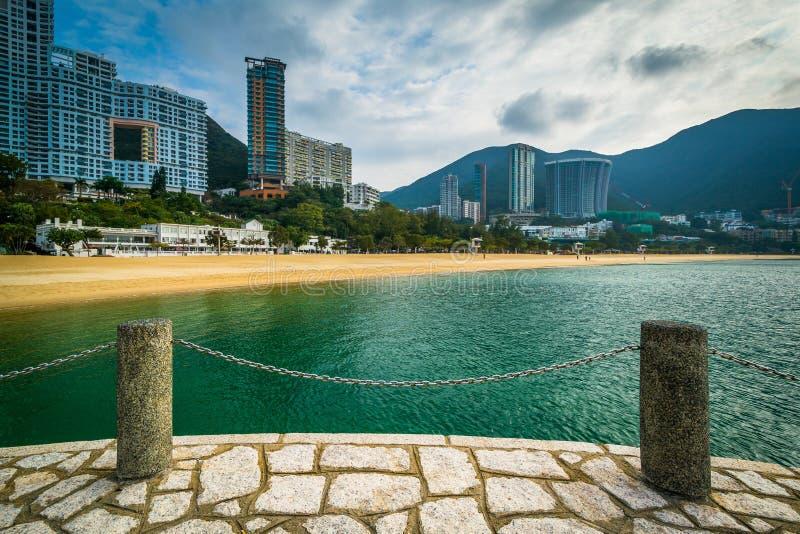 Sikten av skyskrapor och stranden på avvvisanden skäller, i Hong Kong, Hong arkivfoton