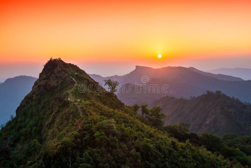 Sikten av solnedgången över den Phu ChiFahrenheiten ser från den Phu ChiDao synvinkeln i Chiang Rai, Thailand arkivfoton