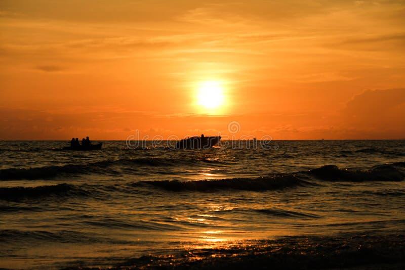 Sikten av solnedgången på havet royaltyfri bild