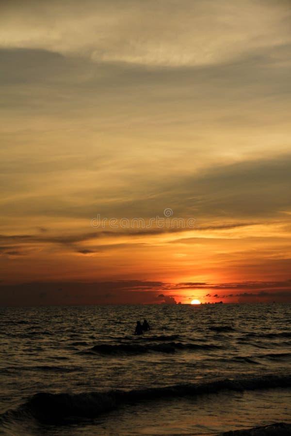 Sikten av solnedgången på havet royaltyfri fotografi