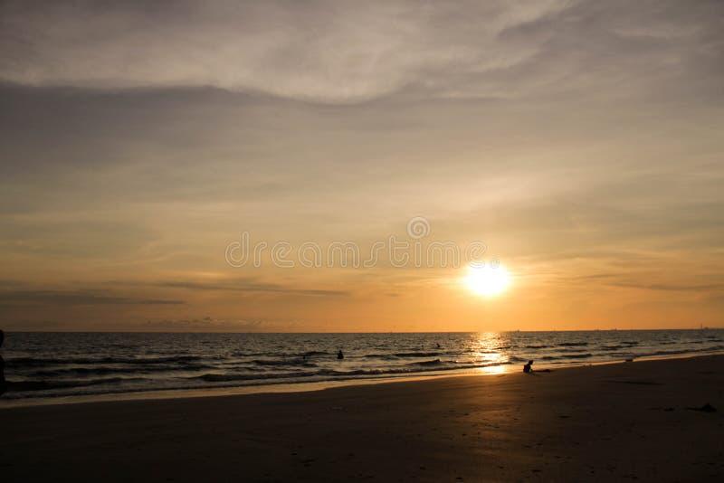 Sikten av solnedgången på havet royaltyfria bilder