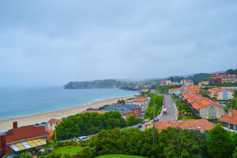 Sikten av stranden och staden av Comillas från Guell och Martos parkerar n arkivbilder