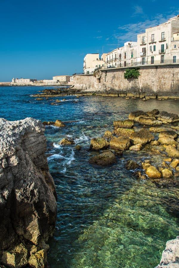 Sikten av Syracuse, Ortiggia, Sicilien, Italien, inhyser att vända mot havet royaltyfri foto