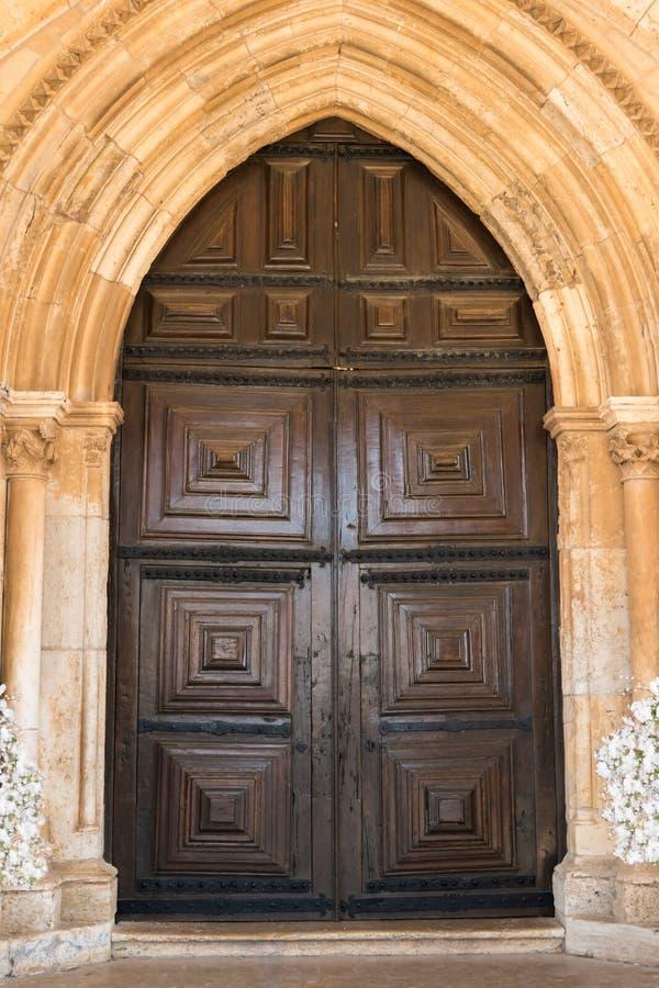 Sikten av tillträdesbågen av domkyrkan av Faro lokaliserade i Faro, Algarve, Portugal arkivbild