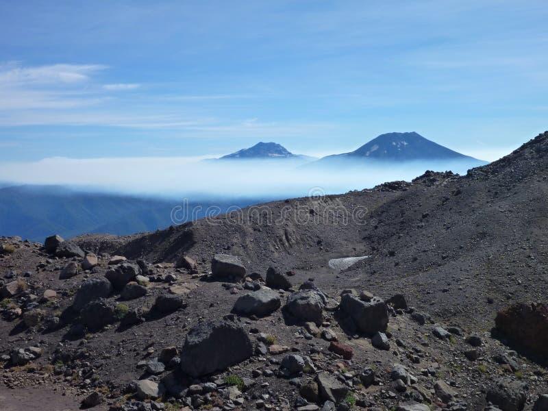 Sikten av tolhuacaen och den lonquimay vulkan når en höjdpunkt från toppiga bergskedjan nevada i chile fotografering för bildbyråer