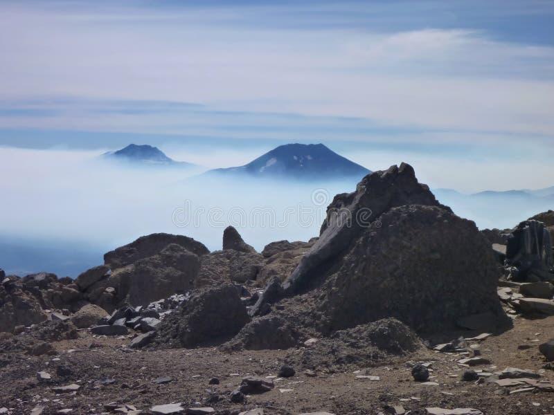 Sikten av tolhuacaen och den lonquimay vulkan når en höjdpunkt från toppiga bergskedjan nevada i chile royaltyfri bild
