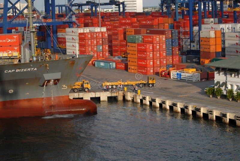 Sikten av upptagen port för Cartagena ` som s lastar av skepp, lastbilar, kranar och massor av staplade behållare royaltyfri bild
