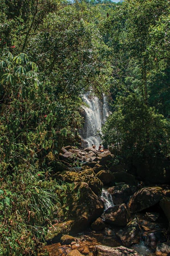 Sikten av vattenfallet och folket i Itatiaiaen parkerar royaltyfria foton