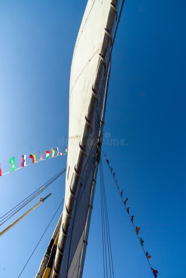 Sikten av vecklad ut seglar underifrån av ett fartyg royaltyfria bilder