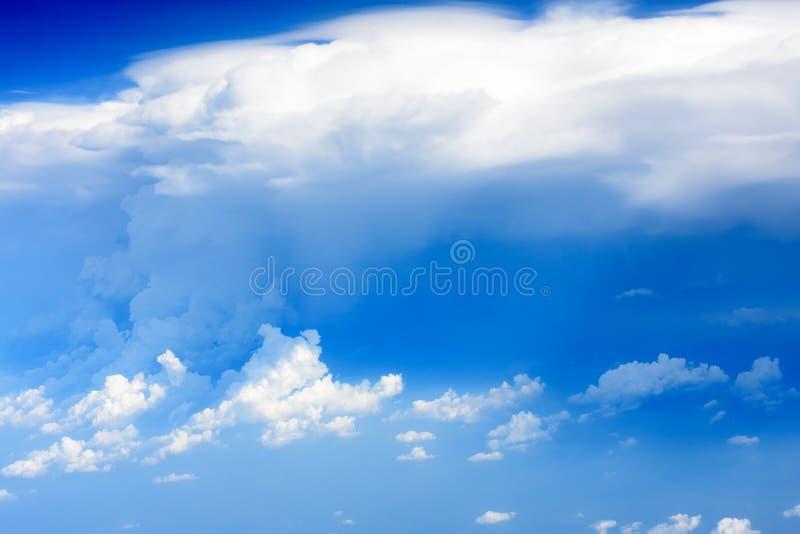 Sikten av vingen av flygplanet med bl? himmel och vit f?rdunklar p? p? h?g niv? Härliga solnedgånghimmelmoln som igenom ser royaltyfria foton