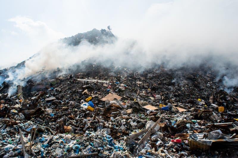 Sikten för berget för avskrädeförrådsplatsen mycket av kull, plast-flaskor, rackar ner på och annat avfall på Thilafushi den trop royaltyfria bilder