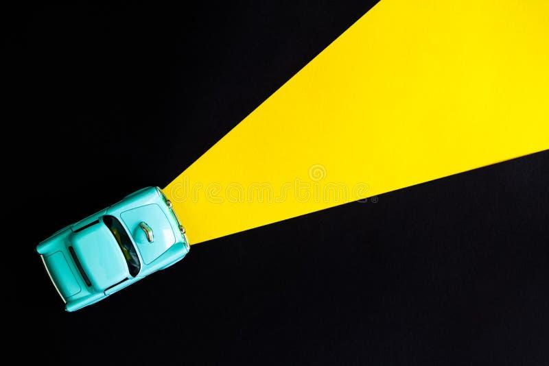 Sikten för den höga vinkeln av den lilla bilen leker med på ljus Nattdrevabstrakt begrepp royaltyfri foto