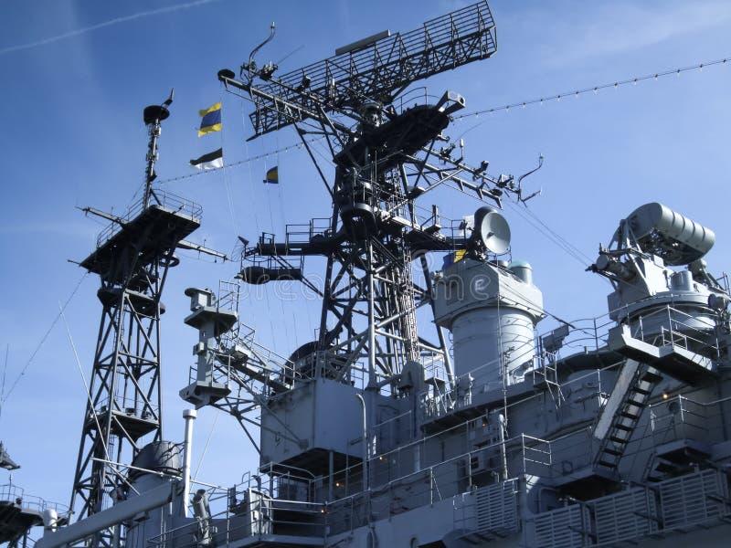 Sikten för den låga vinkeln av den USS Little Rock slagskeppet, den militära buffeln och Erie County som är sjö- &, parkerar, buf royaltyfri bild