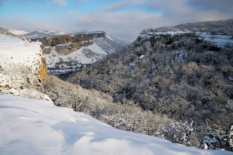Sikten för Kachi-Kalion grottakloster från det Crimean Kyzyl-Burun berget i vinter royaltyfria foton