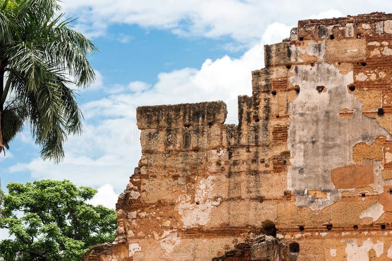 Sikten fördärvar på av sjukhuset av St Nicolas av Bari, Santo Domingo, Dominikanska republiken Närbild arkivbild