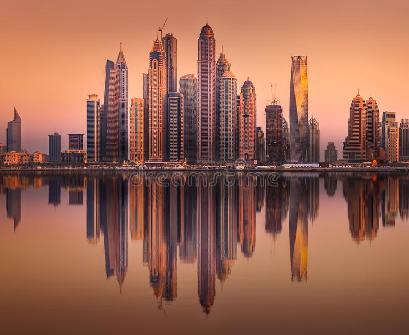 Sikten f?r den Dubai marinafj?rden fr?n g?mma i handflatan Jumeirah, UAE royaltyfri fotografi