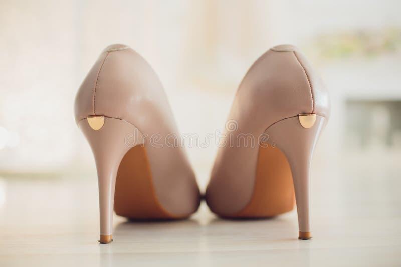 Sikten från baksidan av en elegant piptå för hög häl pumpar skor, med fästande för remmen för stiletthälet och ankel, kvinnor arkivfoto