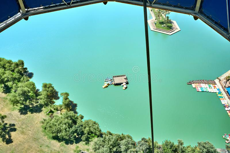 Sikten från ballongen från insidan till sjön i parkerar royaltyfria bilder