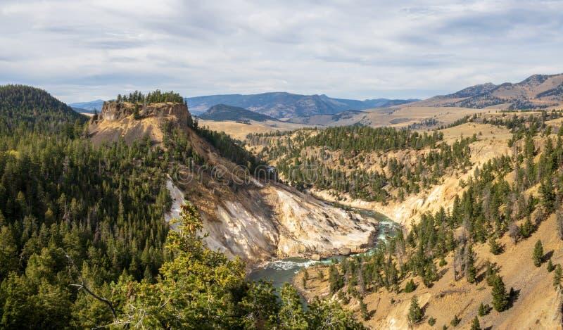 Sikten från Calcitevårar förbiser i den Yellowstone nationalparken arkivfoto