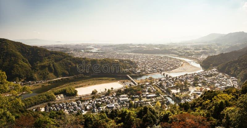Sikten från den Iwakuni slotten, den Kintai-Kyo bron korsar över den Nishiki floden arkivfoto