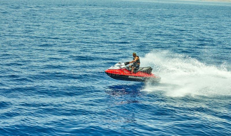 Sikten från den lyxiga yachten till Röda havet som hoppar och rider en stråle, skidar royaltyfri foto