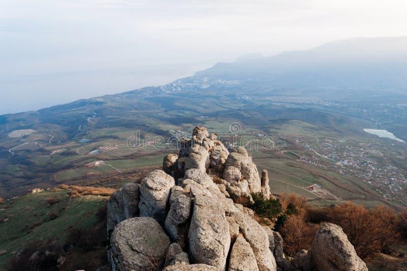 Sikten från den sydliga Demerdzhien till Chomachayen vaggar och den Black Sea kusten i dalen av spökar i republiken av Krim royaltyfri fotografi