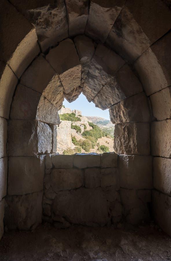 Sikten från det yttre fönstret av tornet i Nimrod Fortress lokaliserade i övreGalilee i nordliga Israel på gränsen med Libanon royaltyfria foton