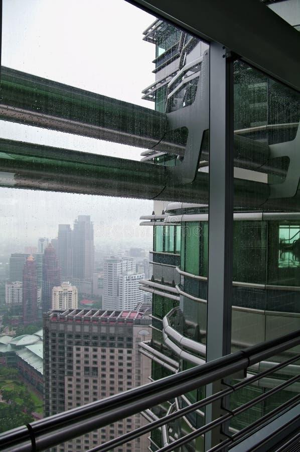 Sikten från en av Petronas står högt på ett regniga KUALA LUMPUR arkivfoto