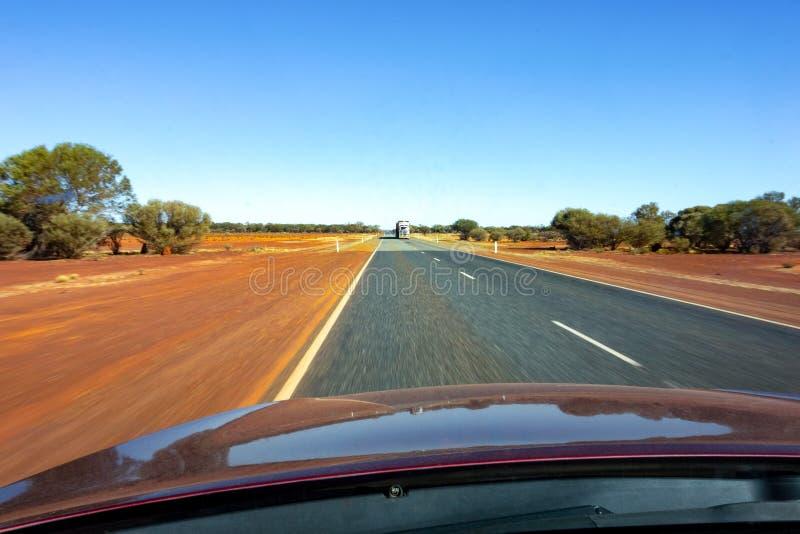 Sikten från en bil med en hätta i en västra Australien med en effekt för rörelsesuddighet arkivbild