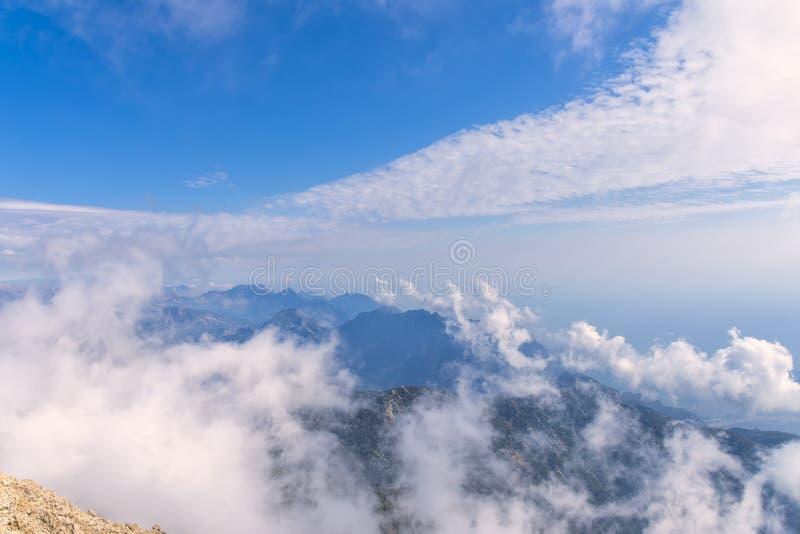 Sikten från en höjd av 2600 meter till blasten av de Tauride bergen som täckas med moln, haze fotografering för bildbyråer