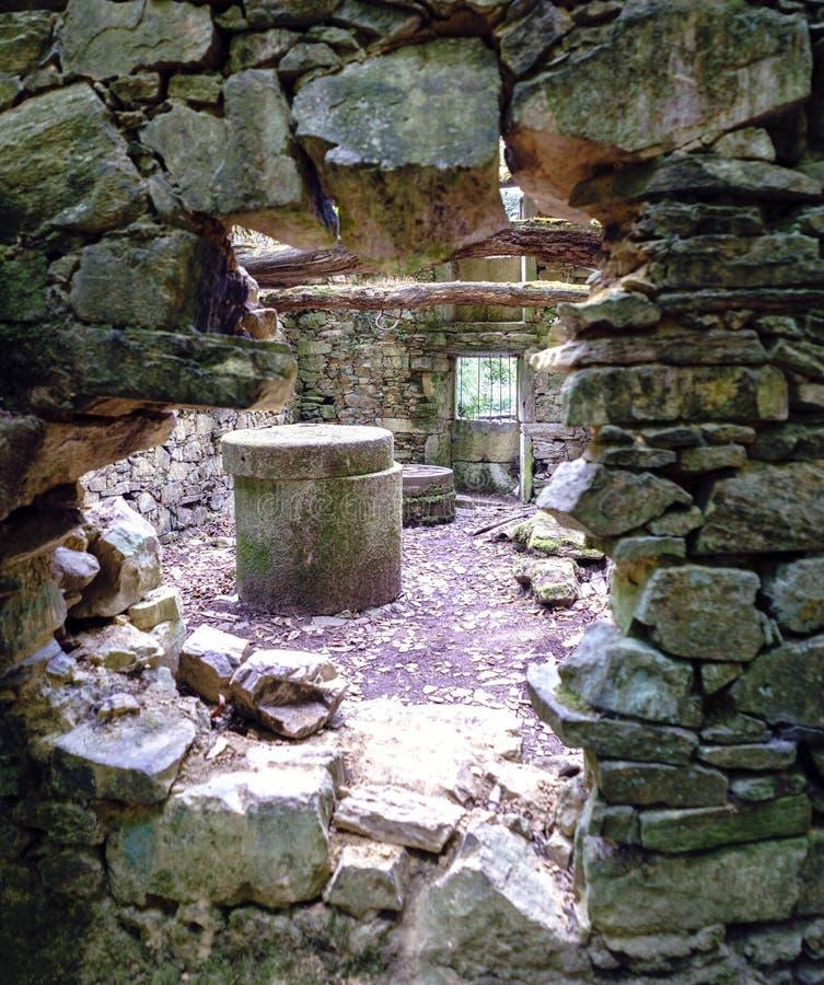 Sikten från ett gammalt mjöl maler förutom byggt av stenen Detai fotografering för bildbyråer