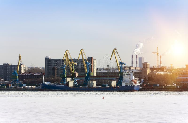 Sikten från golfen av Finland täckte med is på den St Petersburg hamnstaden Ryssland royaltyfri fotografi