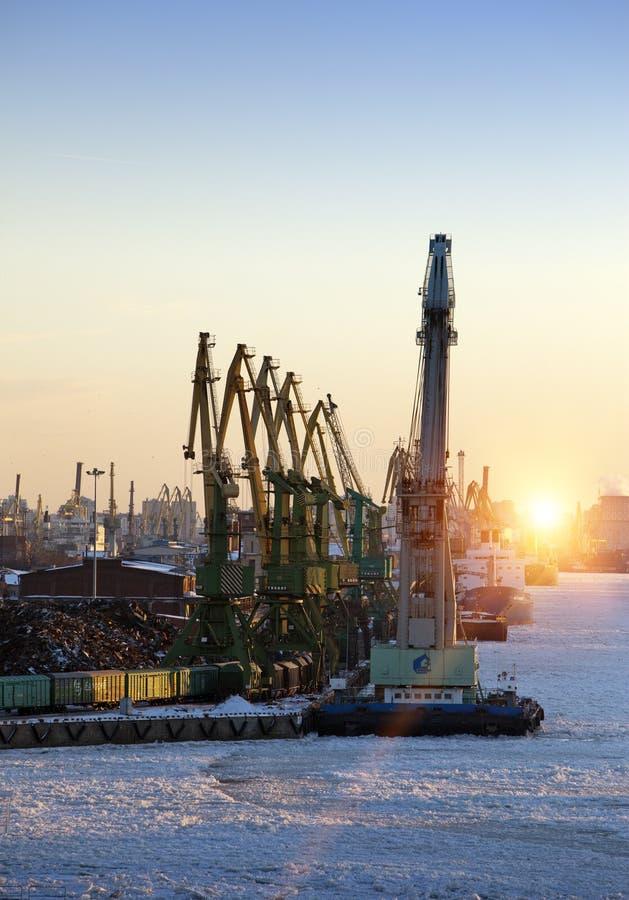 Sikten från golfen av Finland täckte med is på den St Petersburg hamnstaden Ryssland arkivbilder