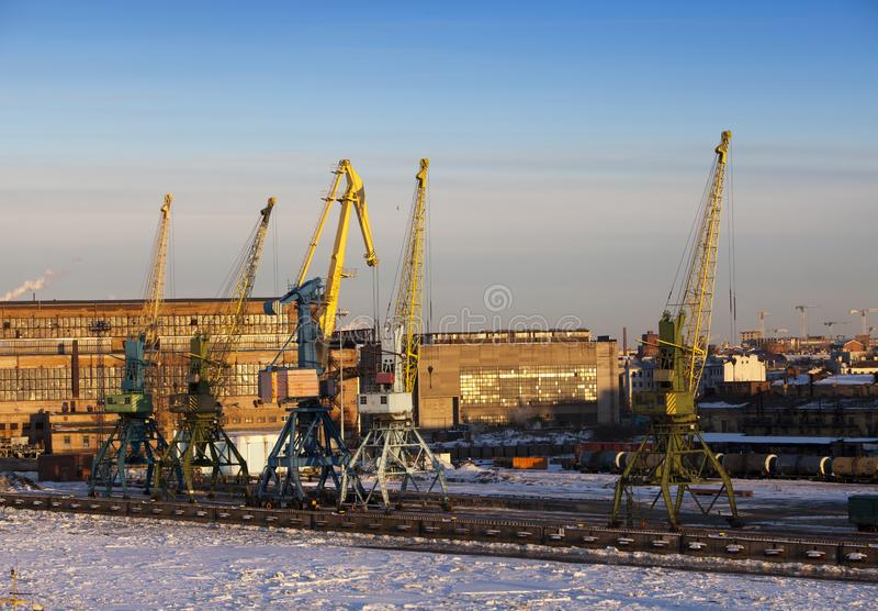 Sikten från golfen av Finland täckte med is på den St Petersburg hamnstaden Ryssland fotografering för bildbyråer