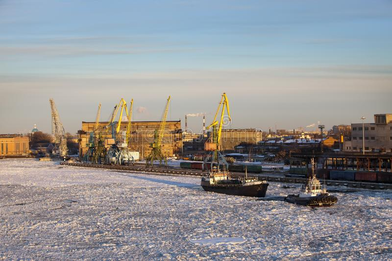 Sikten från golfen av Finland täckte med is på den St Petersburg hamnstaden Ryssland arkivbild