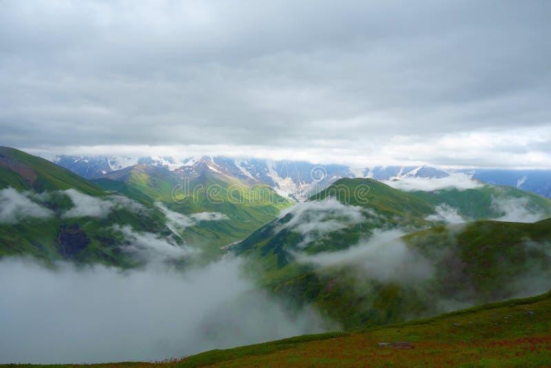 Sikten från Gorvashi passerar på en fotvandra slinga som täckas, i moln och att leda från Ushguli till Chvelpi, Kaukasus berg, Ge arkivbild