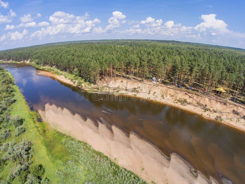 Sikten från höjden av floden Mologa och den flyg- sikten för skog arkivbilder
