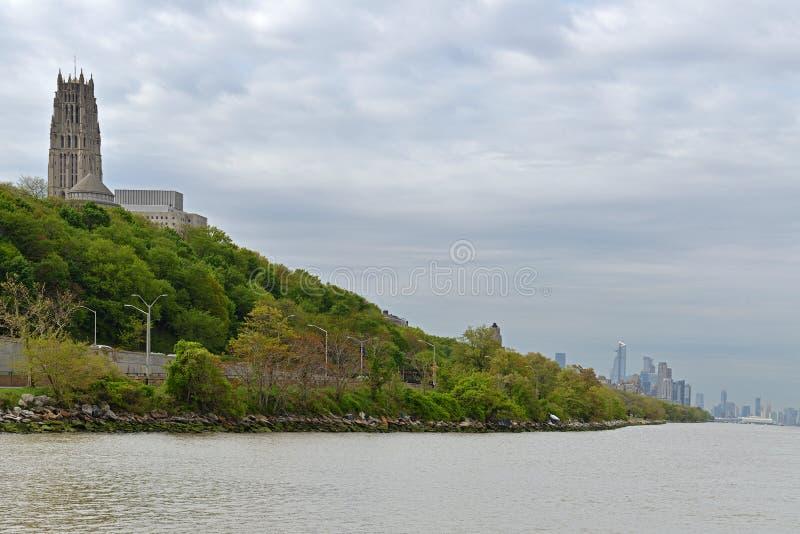 Sikten från Hudson River till flodstrandkyrkan och flodstranden parkerar, i avståndsMidtown New York City United States royaltyfria foton