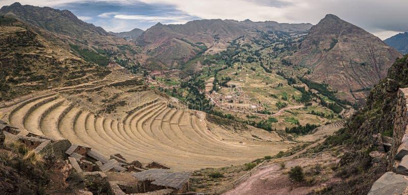 Sikten från incaen fördärvar av Pisac i Peru Incaodlingterrasser arkivbild