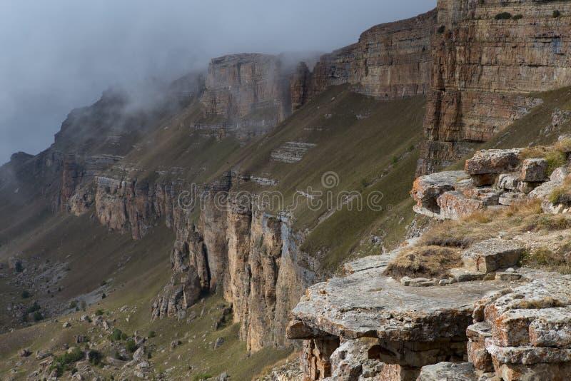 Sikten från kanten av bergplatån och molnen i dalen fotografering för bildbyråer