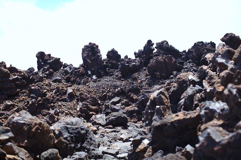 Sikten från klippan under stigningen till ett högt berg, Europa, Asien, Amerika, lava, vaggar, geologi royaltyfri bild