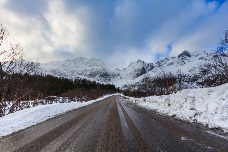 Sikten från nusfjordveien vägen över storvatnetsjön för att bjorntinden arkivbild