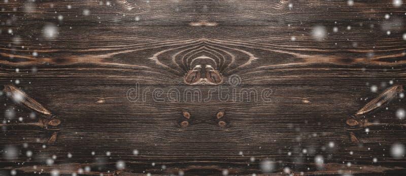 Sikten från ovannämnt av ett hårt trä, tid åldrades träbakgrund för gammal, lantlig mörk brunt, snöeffekt arkivbild