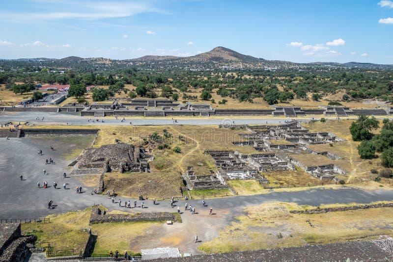 Sikten från ovannämnt av Teotihuacan fördärvar - Mexico - staden, Mexico royaltyfri foto