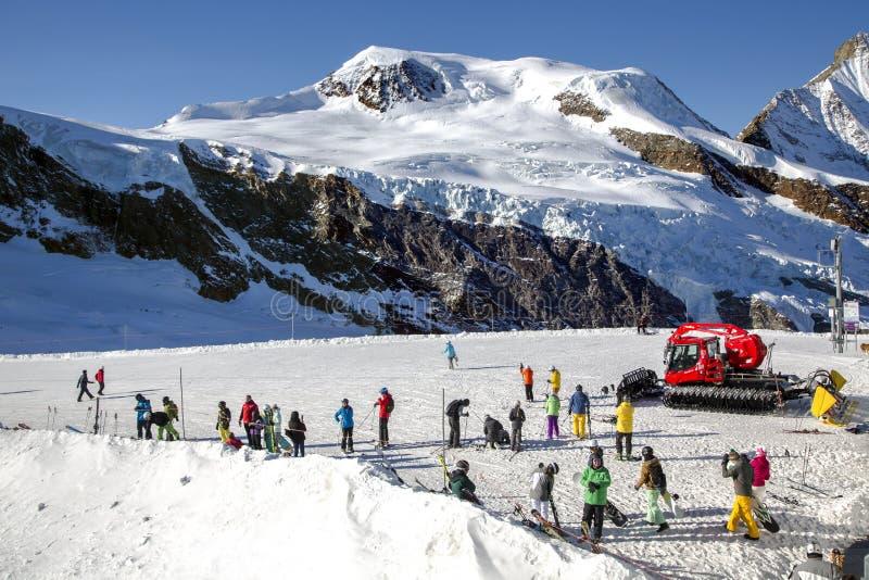 Sikten från ovannämnt på Felskinn snösportar sänder nära Saas-avgift royaltyfri bild